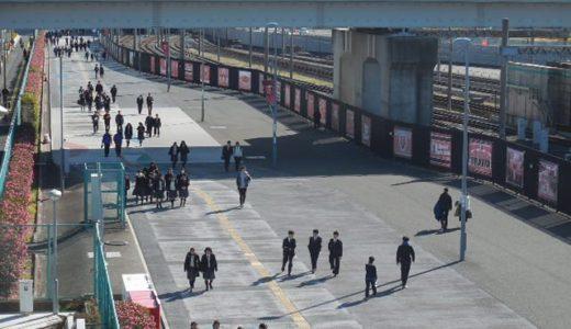 浦和美園・歩行者専用道路|「浦和レッズ サポーターズ フラッグ」ともに振り返る浦和レッズ戦歴・年間順位